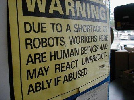 Debido a una escasez de robots, los trabajadores de esta tienda son seres humanos y pueden reaccionar de forma impredecible si se abusa de ellos.